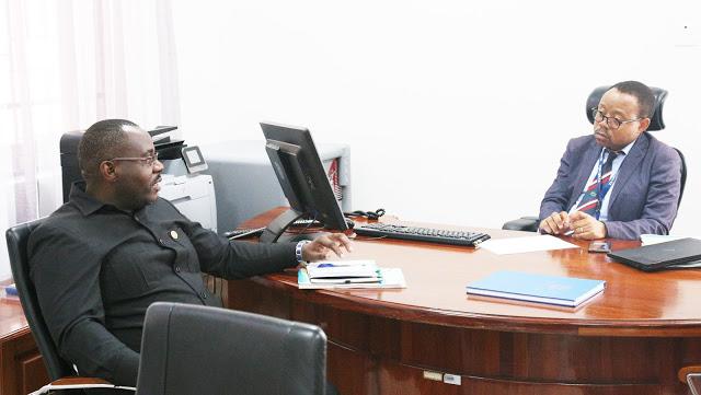 Msemaji Mkuu wa Serikali Dkt. Hassan Abbasi akiongea na Mtendaji Mkuu wa Wakala ya Serikali Mtandao Dkt. Jabiri Bakari alipotembelea Ofisi za Wakala Agosti 28, 2019 ili kufahamu masuala mbali