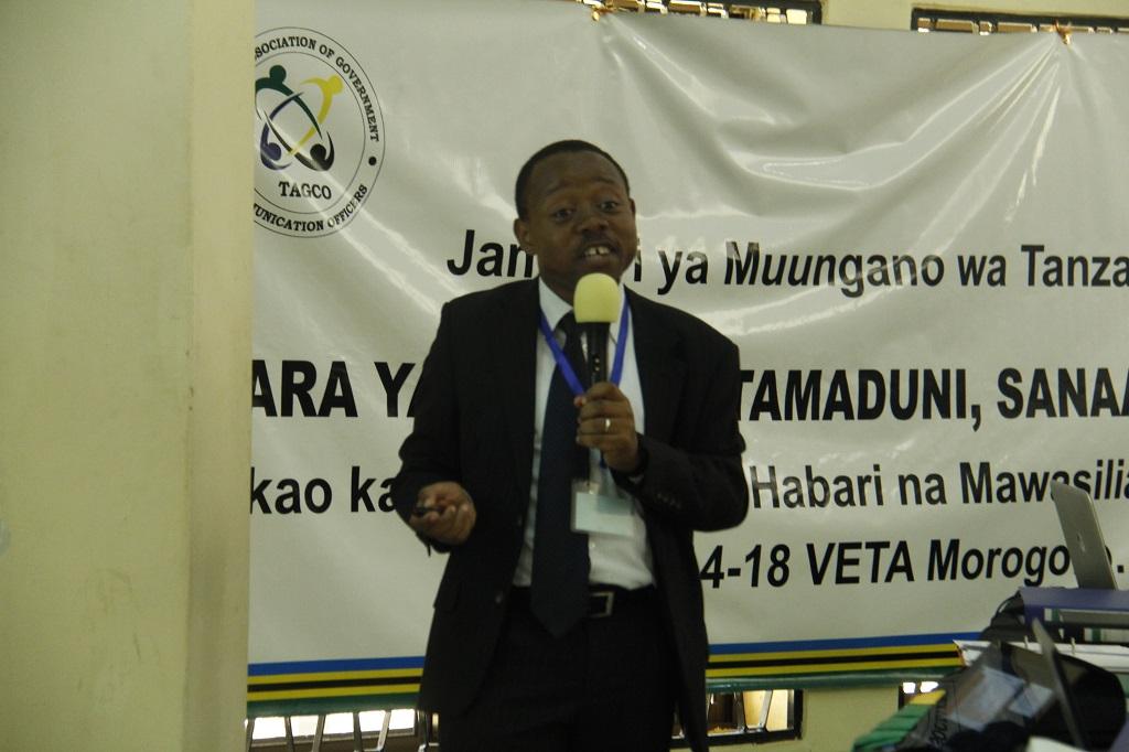 Dkt. Jabiri Bakari akiwasilisha mada ya wajibu wa maofisa mawasiliano Serikalini (hawapo pichani) katika kuhuisha taarifa kwenye tovuti zao, Machi 14, 2016