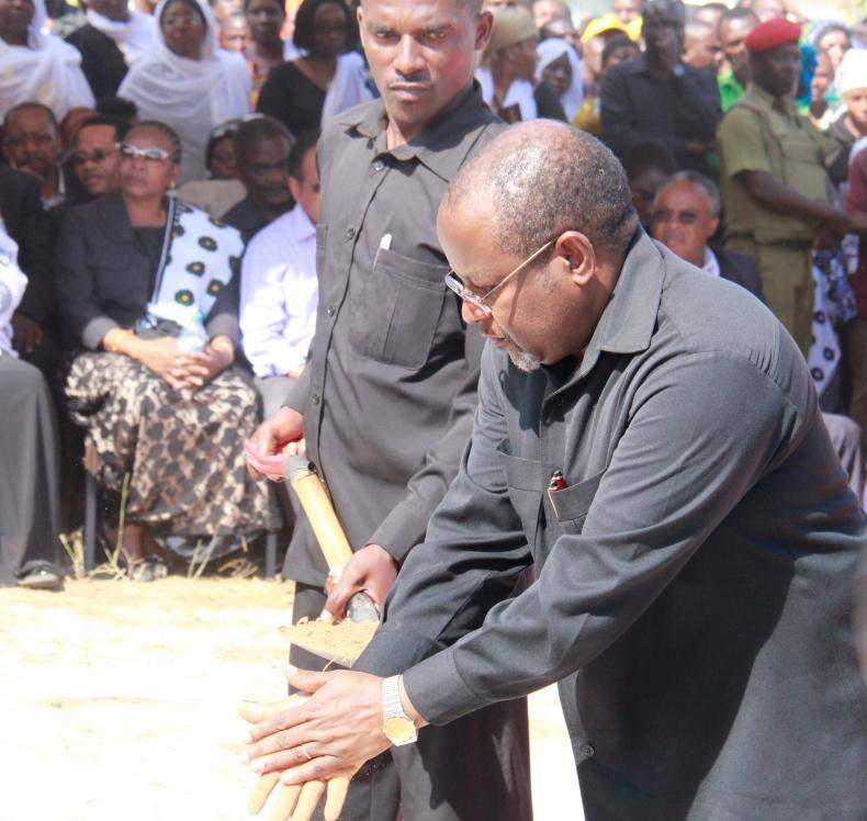 Katibu Mkuu Kiongozi Balozi Ombeni Sefue akiweka udongo katika kaburi la marehemu Mhe. Celina O. Kombani (Mb) aliyekuwa Waziri wa Nchi, Ofisi ya Rais, Menejimenti ya Utumishi wa Umma, aliyezi